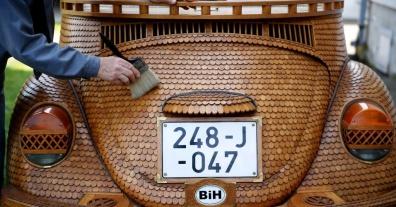 29abr2014---o-aposentado-momir-bojic-71-limpa-seu-fusca-de-madeira-em-celinac-perto-de-banja-luka-a-segunda-maior-cidade-da-bosnia-e-herzegovina-ele-criou-o-carro-com-mais-de-50000-pedacos-de-1398790509196_9